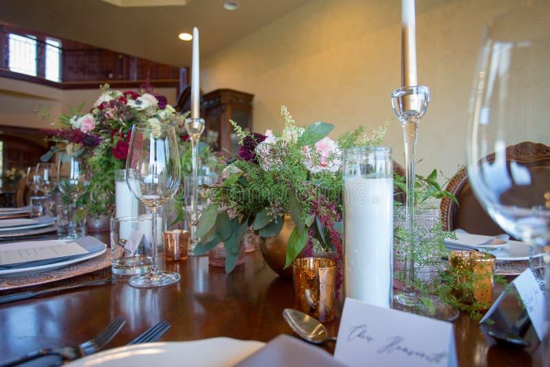 Tabelle eingestellt mit frischen Blumen stockfotos