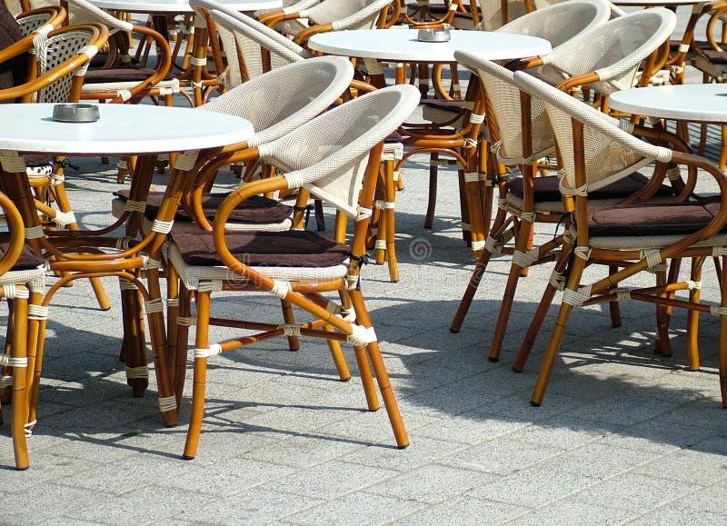 Tabelle esterne del ristorante immagini stock