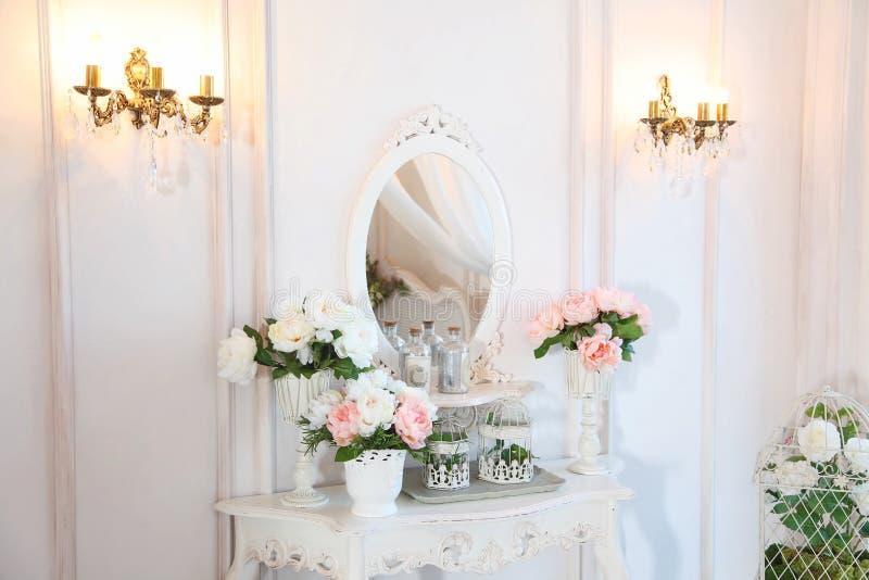 Tabelle für das Schlafzimmer Fragment des Innenraums einer schönen Schlafzimmer Reihe im hellen Weiß stockbild