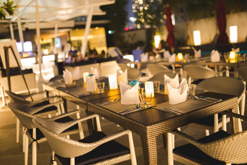 Tabelle gegründet für Abendessen mit Nachtleben- und Unschärfehintergrund stockbild