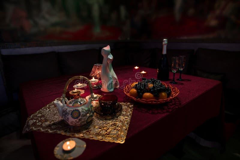 Tabelle gelegt für Tee in der Saunatoilette lizenzfreie stockfotos