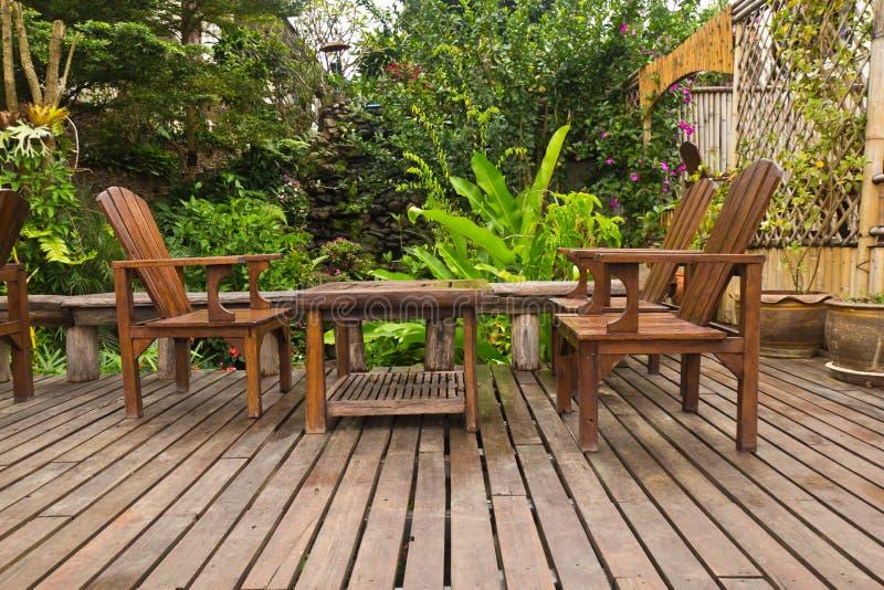 Tabelle im Garten. lizenzfreie stockbilder