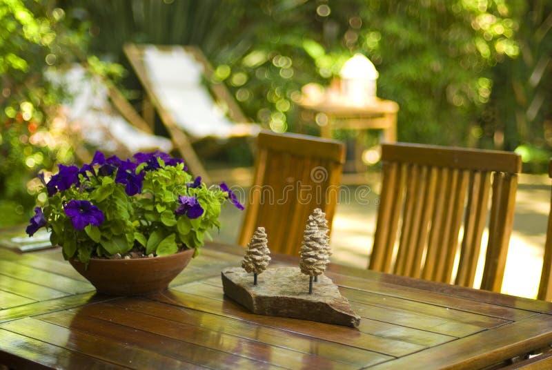 Tabelle im Garten lizenzfreie stockfotografie