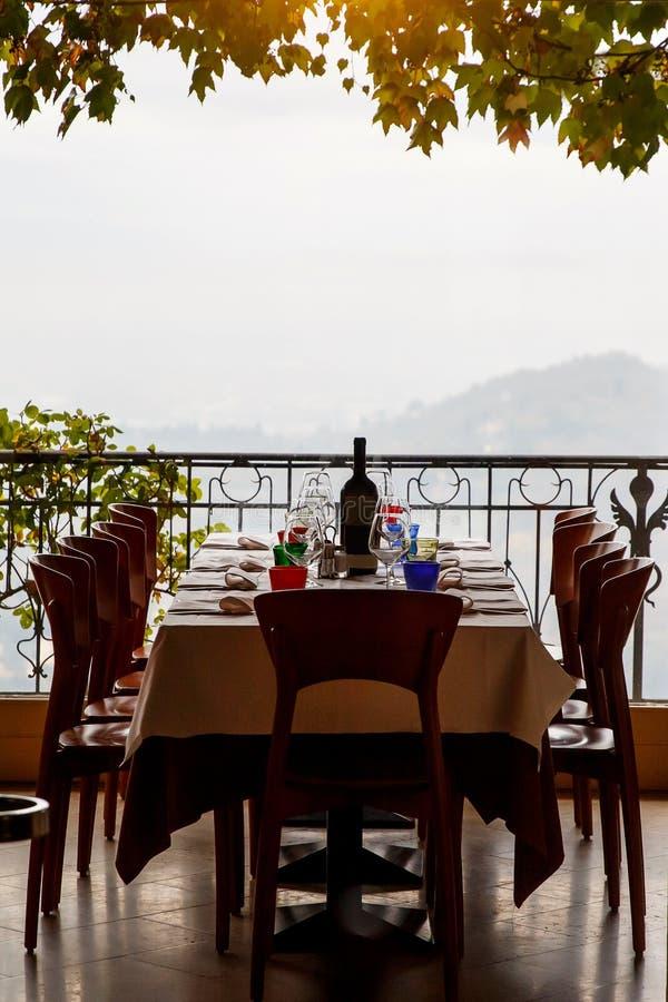 Tabelle im italienischen Restaurant diente mit einer Flasche Wein und Weingläsern stockfotos