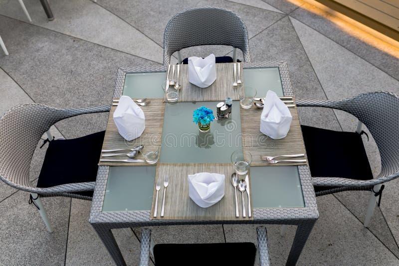 Tabelle installierte für Abendessen stockfotografie