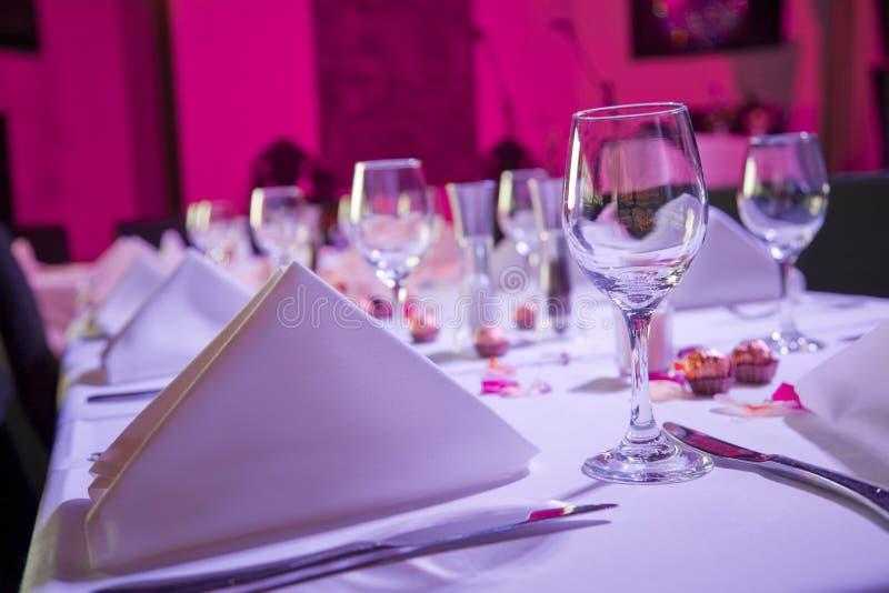 Tabelle kleidete oben für Hochzeitsempfang an stockbild