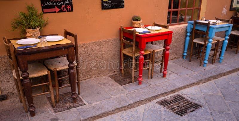 Tabelle messe in un ristorante all'aperto italiano tipico a Sestri Levante, provincia di Genova, fotografia stock