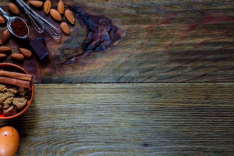 Tabelle mit Backenbestandteilen lizenzfreies stockbild