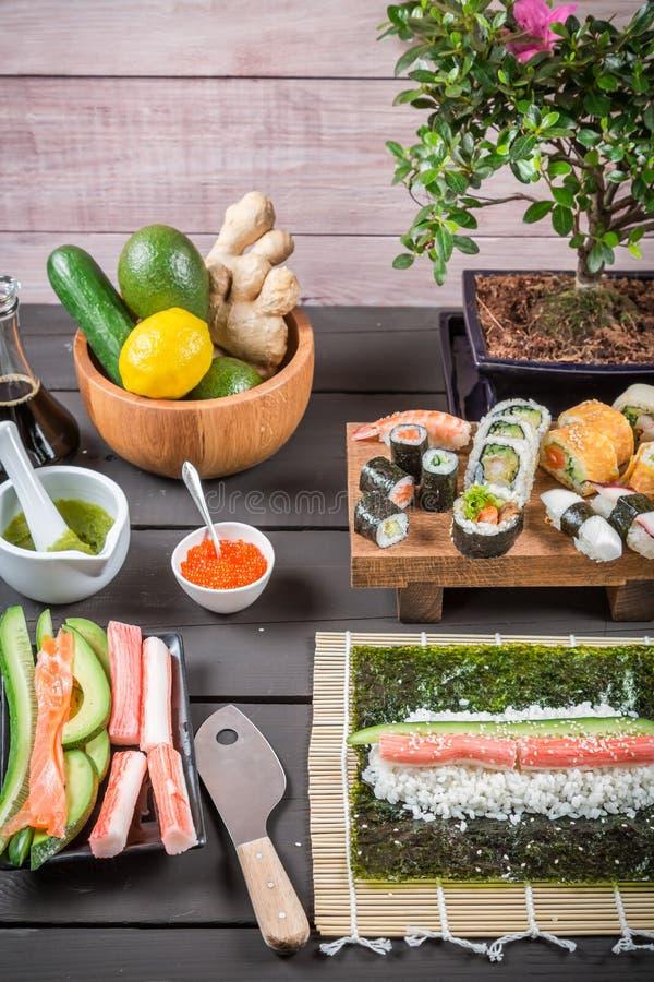 Tabelle mit Bestandteilen für Sushi stockfoto