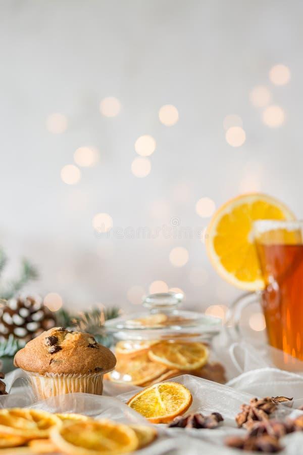 Tabelle mit Christmassy-Festlichkeit lizenzfreies stockfoto