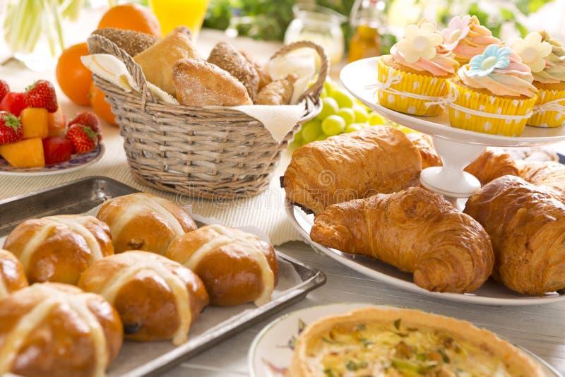Tabelle mit den Delikatessen bereit zu Ostern-Brunch lizenzfreie stockfotos