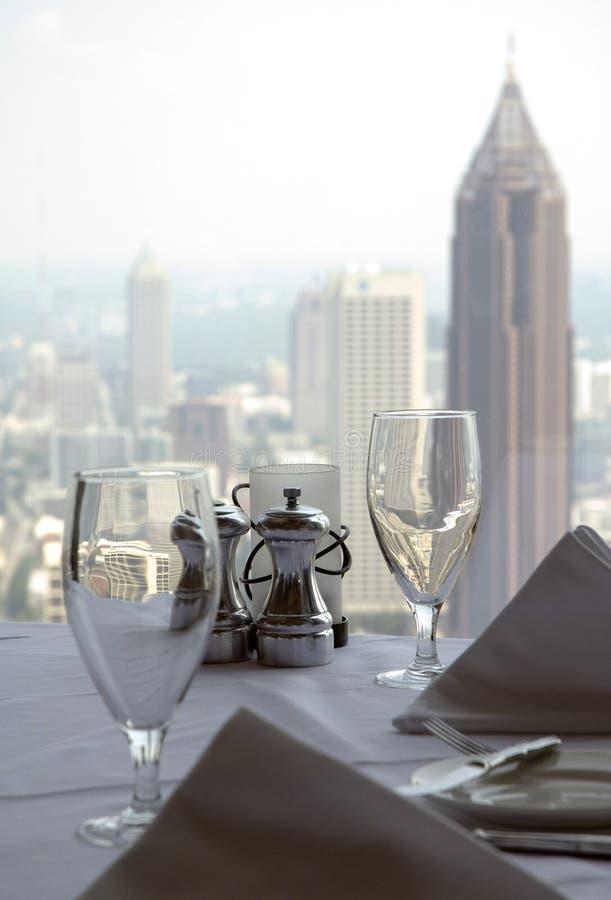 Tabelle mit einer Stadtansicht 4 lizenzfreie stockfotos