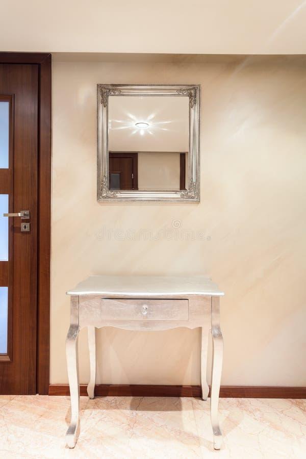 Tabelle mit Fach in der modernen Wohnung stockfotografie