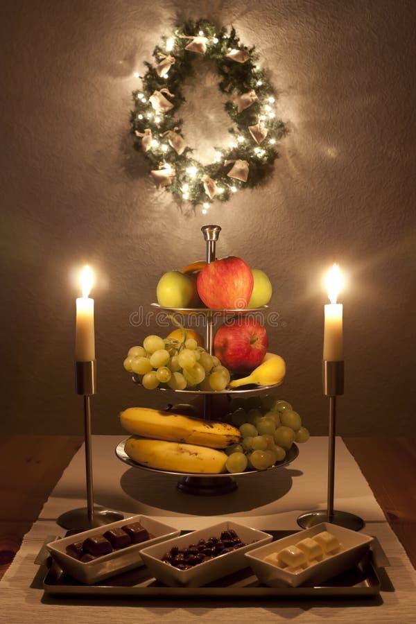 Tabelle mit Früchten und Bonbons am Weihnachten stockbilder