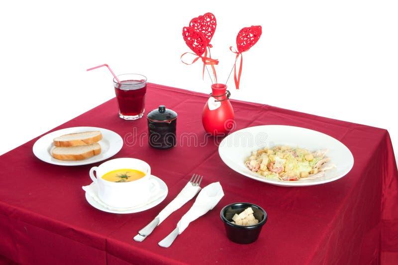 Tabelle mit gedienter Tabelle mit Fr?hst?ck und Getr?nk, Tischdeckenrot, Tischbesteck Schlie?en Sie oben, Innen stockfotografie
