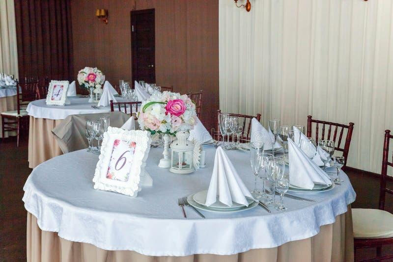 Tabelle mit Gläsern und Servietten diente für Abendessen im Restaurant lizenzfreie stockbilder