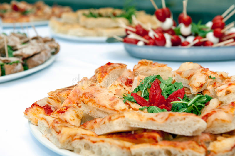 Tabelle mit Lebensmittel stockfotos
