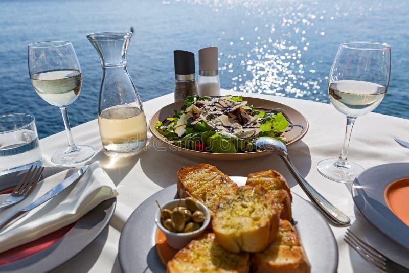 Tabelle mit Lebensmittel und Wein stockbilder