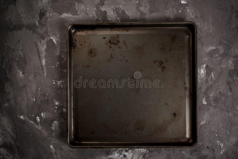Tabelle mit Metallbackblech lizenzfreie stockfotos