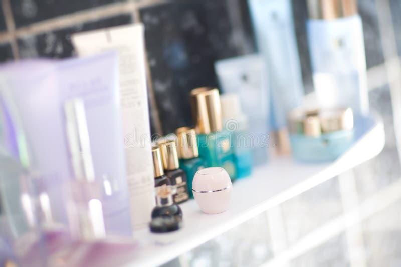 Tabelle mit Parfümerie und sahnt lizenzfreies stockfoto