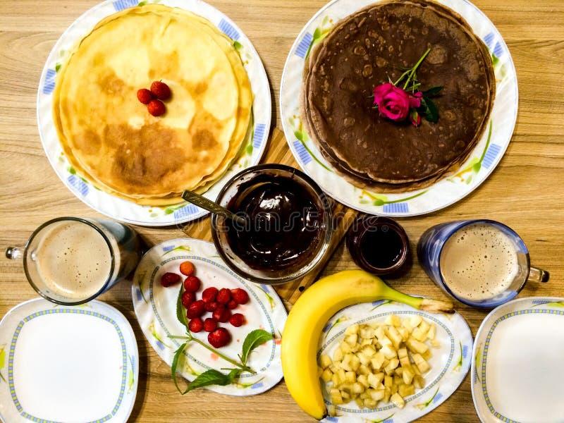 Tabelle mit Pfannkuchen, Stau und Früchten stockfotografie