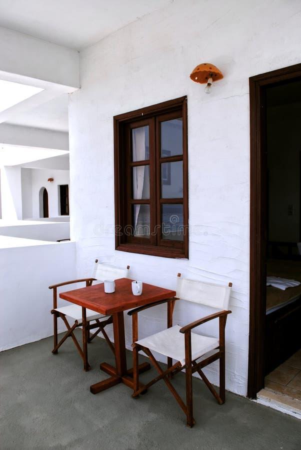 Tabelle mit Stühlen am Fenster lizenzfreie stockfotografie