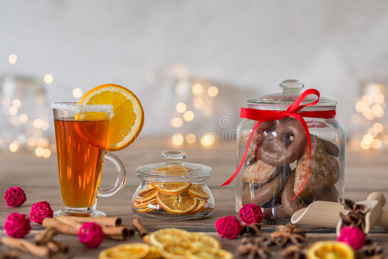 Tabelle mit Tee und Plätzchen stockbilder