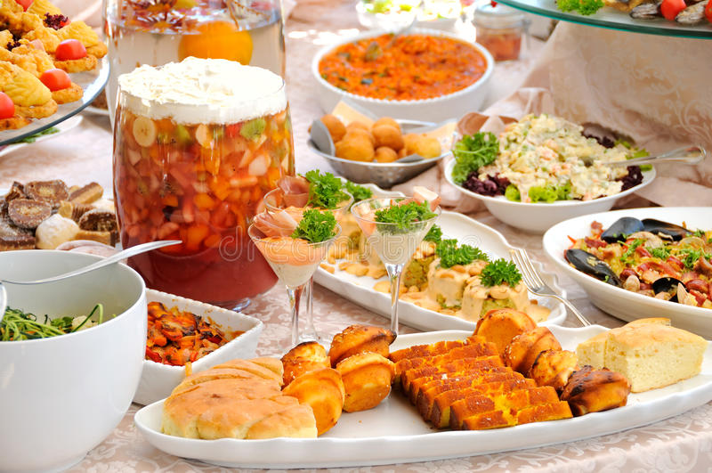 Tabelle mit Vielzahl des Lebensmittels lizenzfreies stockbild