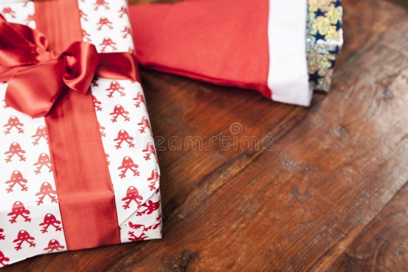 Tabelle mit Weihnachtsartikeln, Ansicht vom oben genanntem und Kopienraum stockfoto