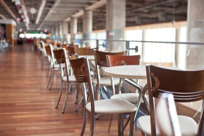 Tabelle nell'aeroporto del caffè con il bokeh del beutifull fotografia stock