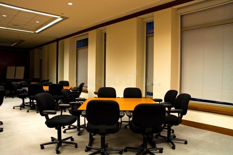 Tabelle nella sala per conferenze immagini stock