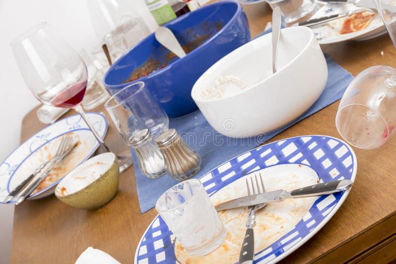 Tabelle, Stühle und schmutzige Teller lizenzfreie stockfotos
