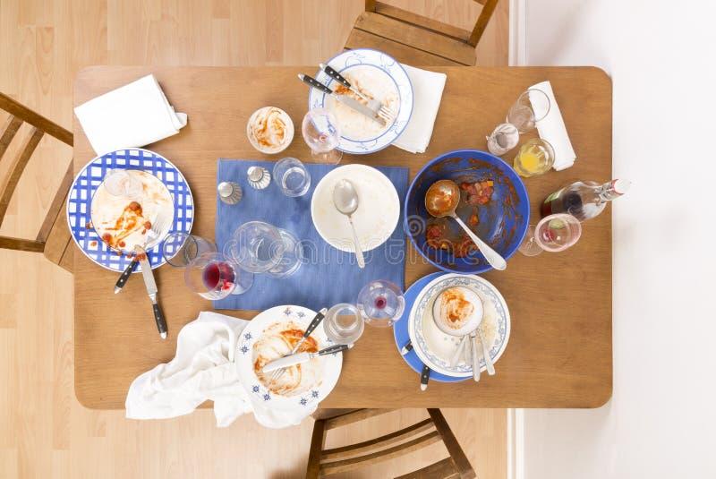 Tabelle, Stühle und Teller stockfoto