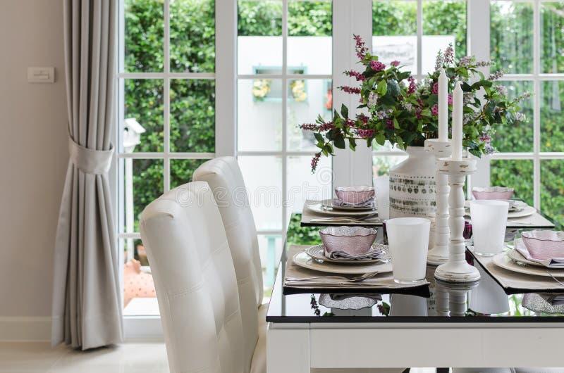 Tabelle stellte auf dinning Glastabelle mit weißen Stühlen ein lizenzfreies stockfoto
