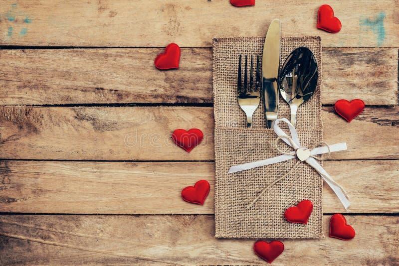 Tabelle stellte für Feier Valentinsgruß ` s Tag ein Holztischplatzse stockbilder