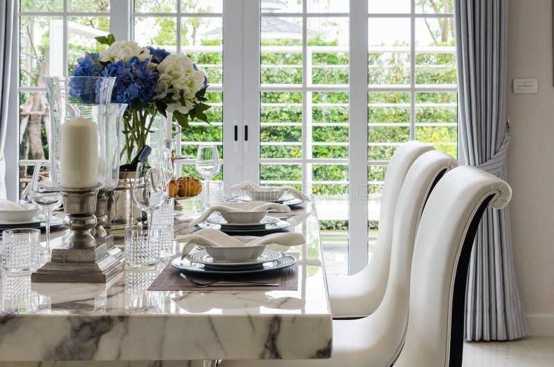 Tabelle stellte in weißen dinning Raum mit Stühlen ein lizenzfreie stockfotos