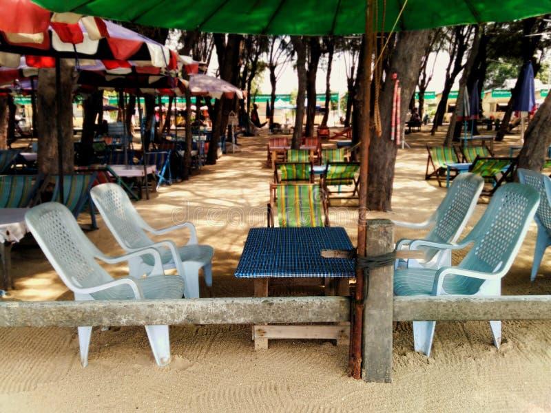 Tabelle, Stuhl, Regenschirm für das Sitzen und das Stillstehen im Raum stockbilder