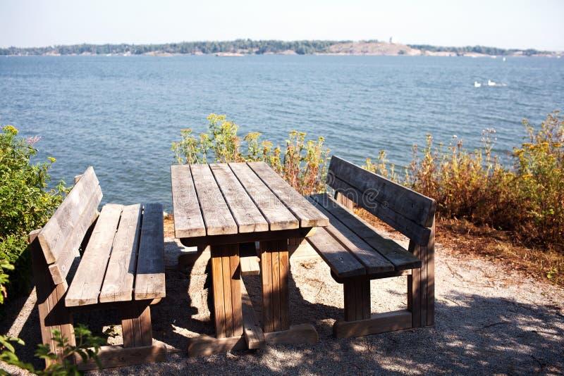 Tabelle und Bänke auf dem Ufer des Finnischen Meerbusens stockfoto