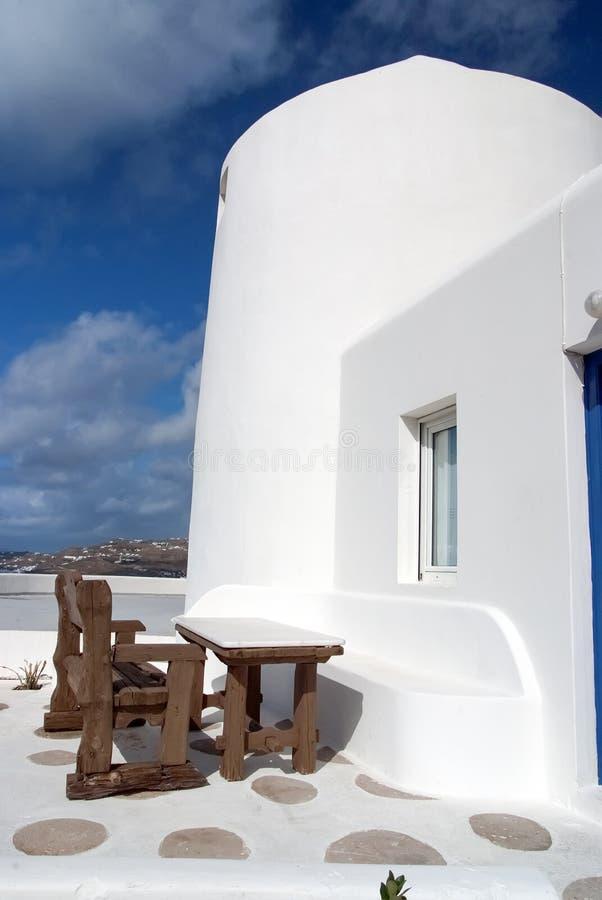 Tabelle und Bank im Yard von Mykonos, Griechenland Haus auf Berglandschaft, Architektur Gebäude mit rehabilitierten Wänden stockbild