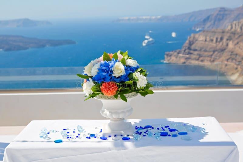 Tabelle und Dekorationen für die Hochzeitszeremonie stockbilder