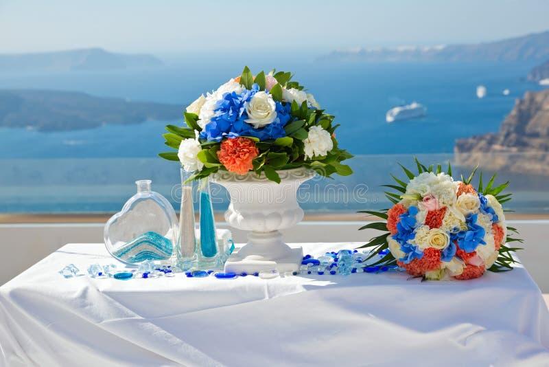 Tabelle und Dekorationen für die Hochzeitszeremonie stockfoto