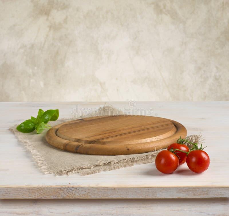 Tabelle und Küche verschalen über Weinlesewandhintergrund stockbild