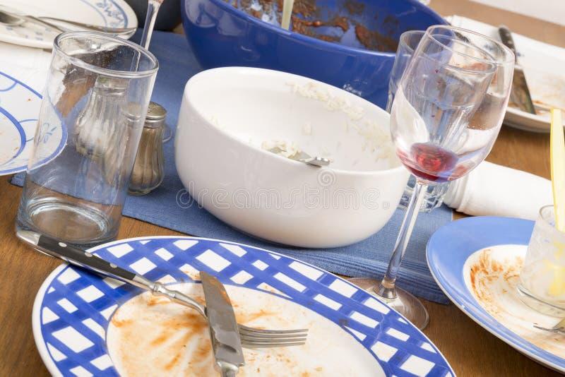Tabelle und schmutzige Teller stockfoto