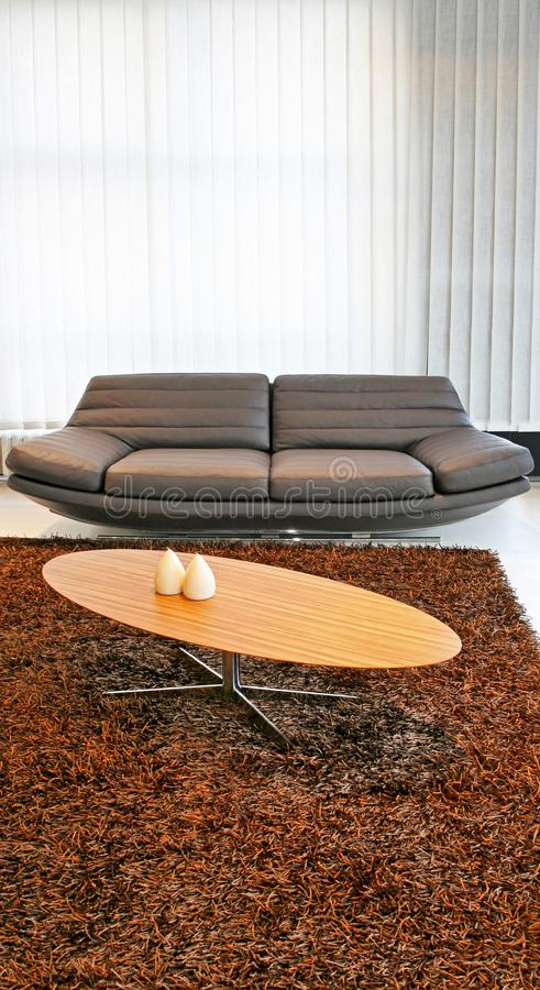 Tabelle und Sofa stockfotos