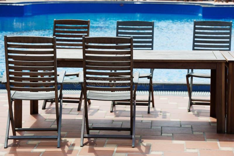 Tabelle und Stühle auf Poolside lizenzfreies stockfoto