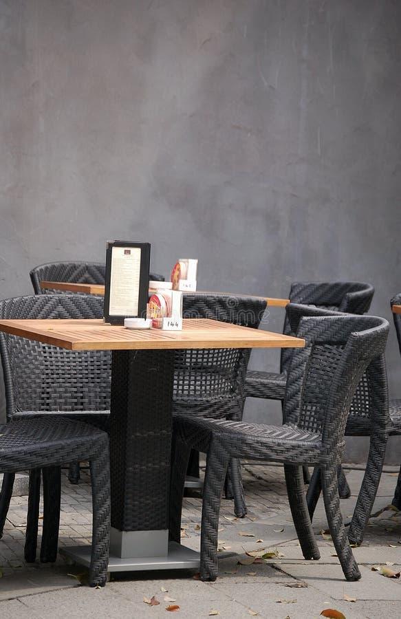 Tabelle und Stühle, im Freienstab lizenzfreie stockfotografie