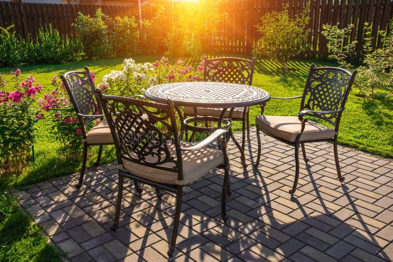 Tabelle und Stühle im Garten des Landhauses stockfoto