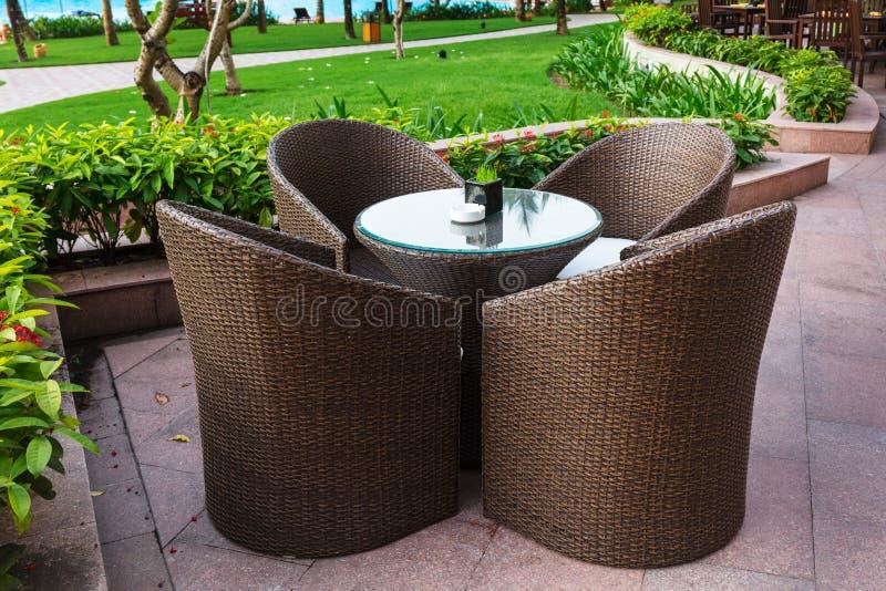 Tabelle und Stühle im leeren Café nahe bei Pool stockbild