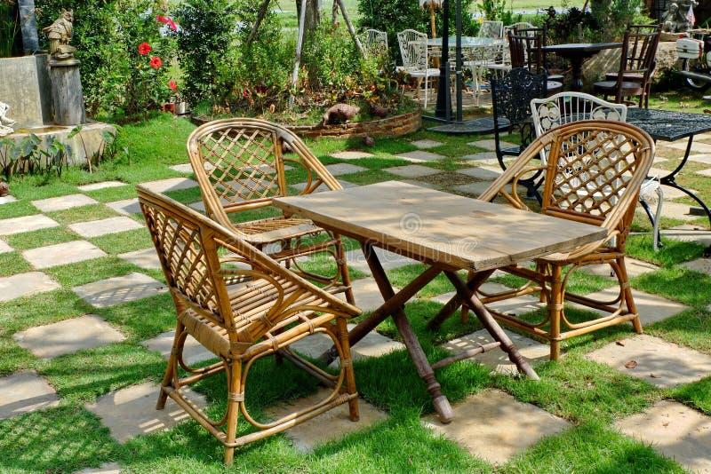Tabelle und St?hle im Garten stockfotos