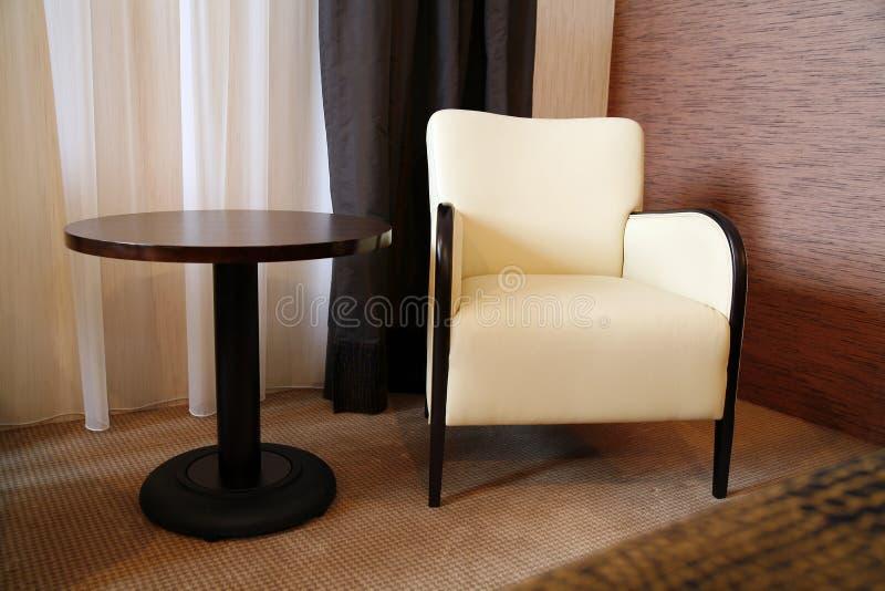 Tabelle und Stuhl lizenzfreie stockfotos